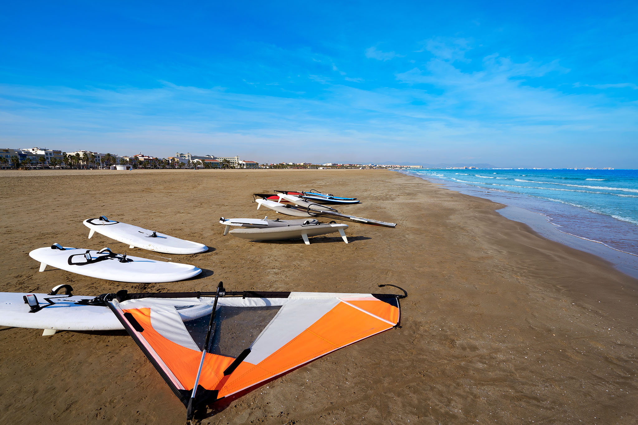 Tablas y velas de windsurf en la playa de El Saler