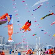 Cometas y cachirulos en la playa de la Malvarrosa en Semana Santa