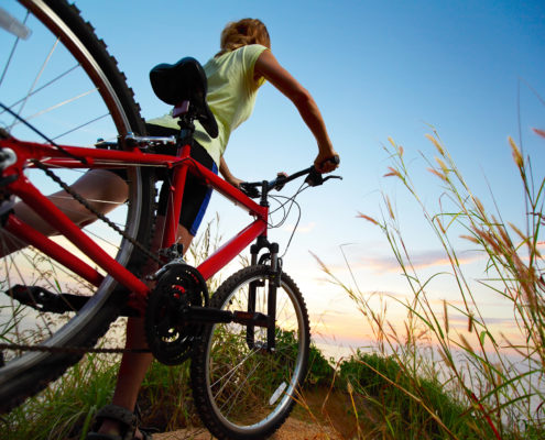 Una persona realizando una ruta en bicicleta