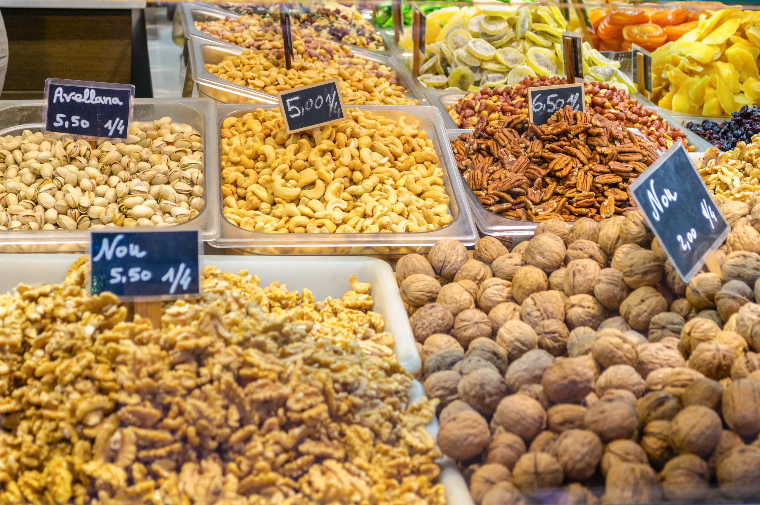 Puesto de frutos secos en Valencia | Hostal Andrés